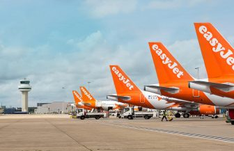 easyJet concediază 30% din angajați și își reduce flota de avioane